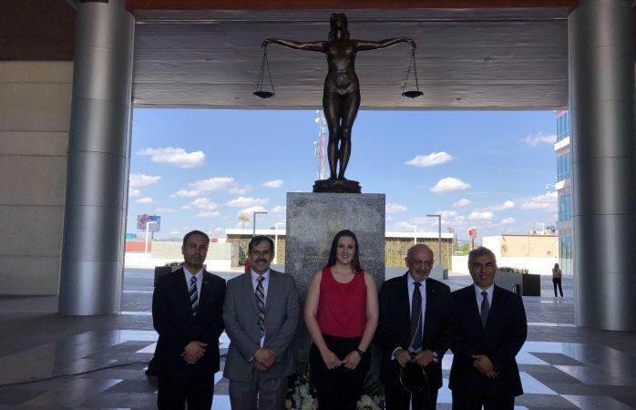 Develan estatua de la justicia en ciudad judicial