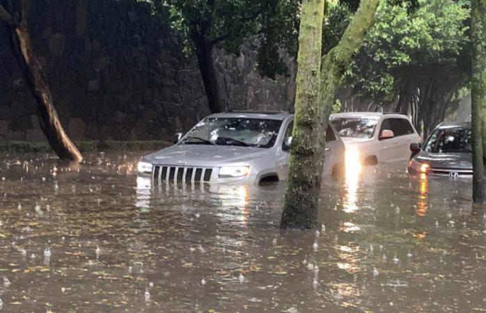 López Dóriga intenta cruzar calle inundada en su Jeep...y se queda atrapado