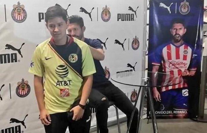 Americanista le pide a Oribe que firme su playera en evento de las Chivas
