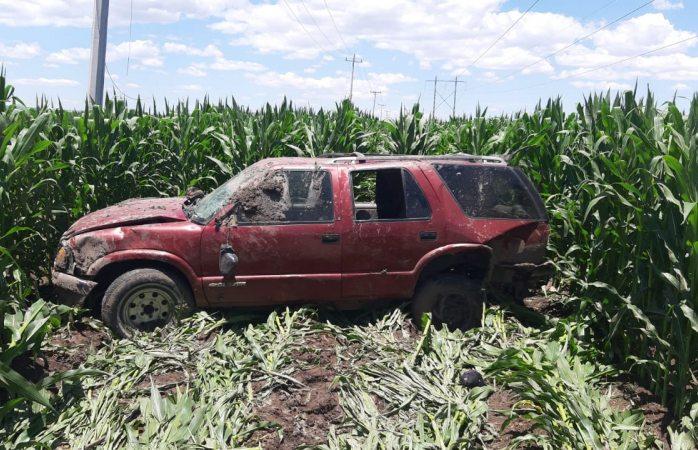 Vuelca y abandona el vehículo en sembradío de maíz