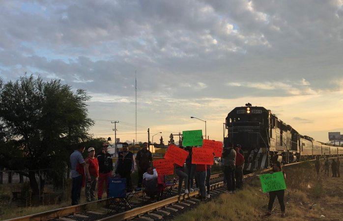 No sale tren a Los Mochis por bloqueo de jubilados