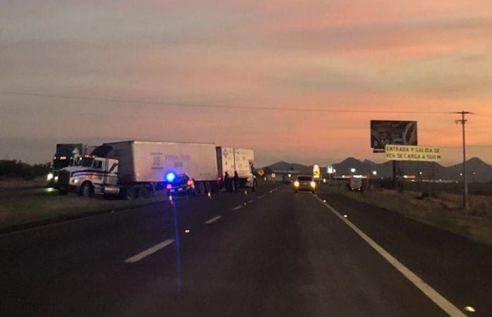 Trailero queda atravesado sobre carretera a Juárez