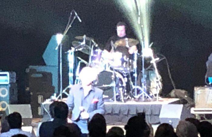 Conmueve cantante King Clave al público a sus 75 años