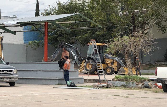 Llegan más retro excavadoras para tumbar parque
