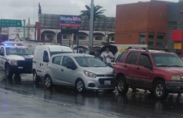 Carambola en la tecnológico deja daños en tres vehículos