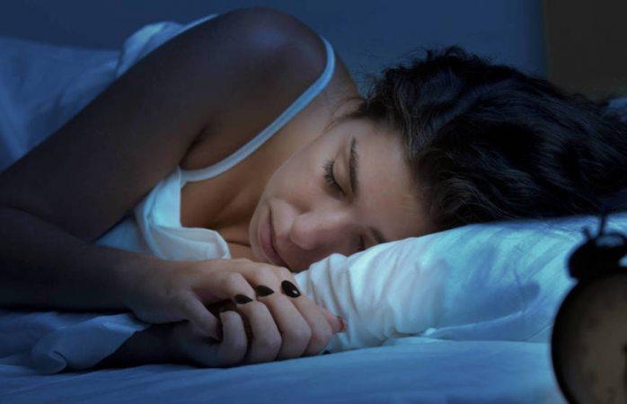 Dormir con la televisión encendida podría hacerte engordar: dice estudio