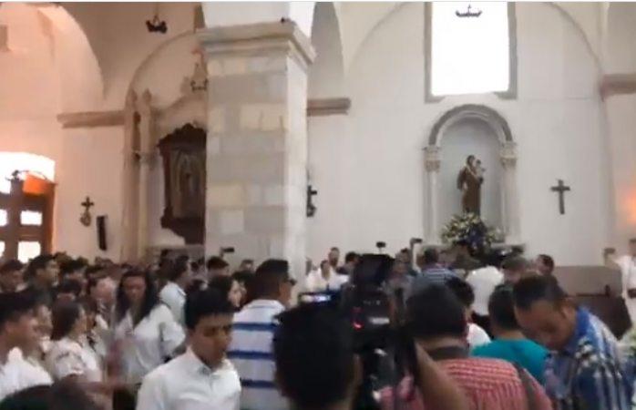 Saturan iglesia y piden desocupar pasillos