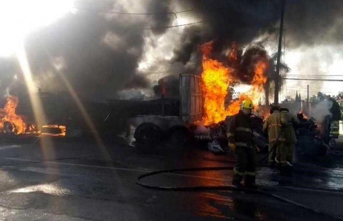 Embiste tráiler a vehículos y mueren seis en Morelos