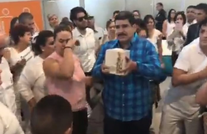 Reciben a familia de Norberto en sala de aeropuerto