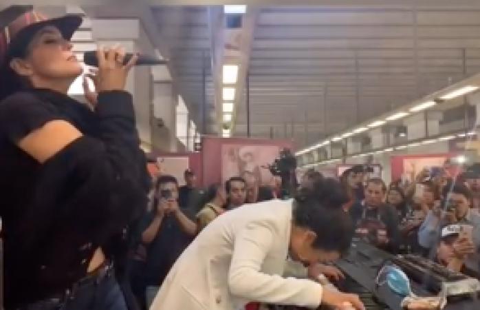 Sorprenden Ana Bárbara y Flor Amargo con concierto en línea del metro