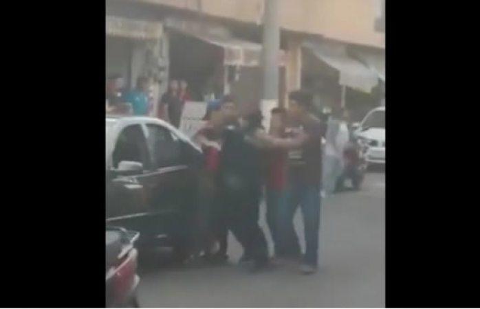 Sujetos agreden y quitan esposas a policía para evitar detención (VIDEO)