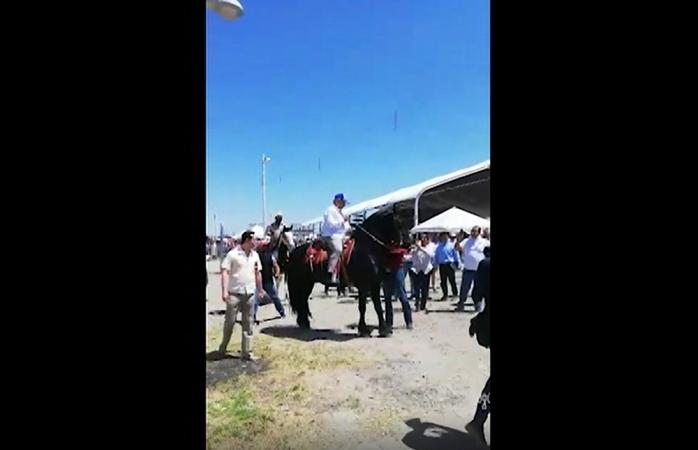 Se sube amlo a caballo bailador en Camargo (video)