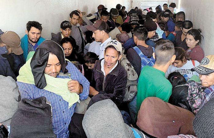 Detienen a 4 tráileres con 791 migrantes en Veracruz