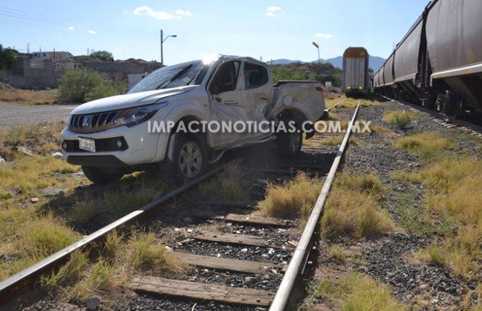A punto de morir pareja atorada sobre vías del tren en Camargo