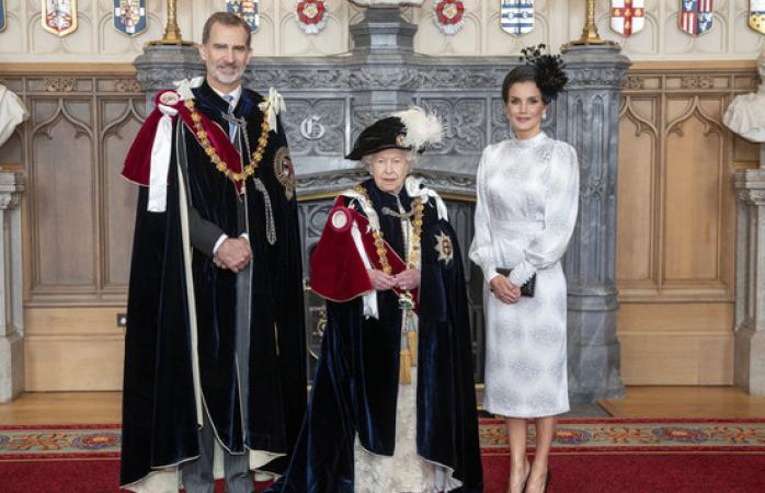 La reina Letizia deslumbrando con su vestido sevillano