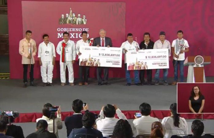 Entrega Amlo fondos de subasta de autos a dos municipios de Oaxaca