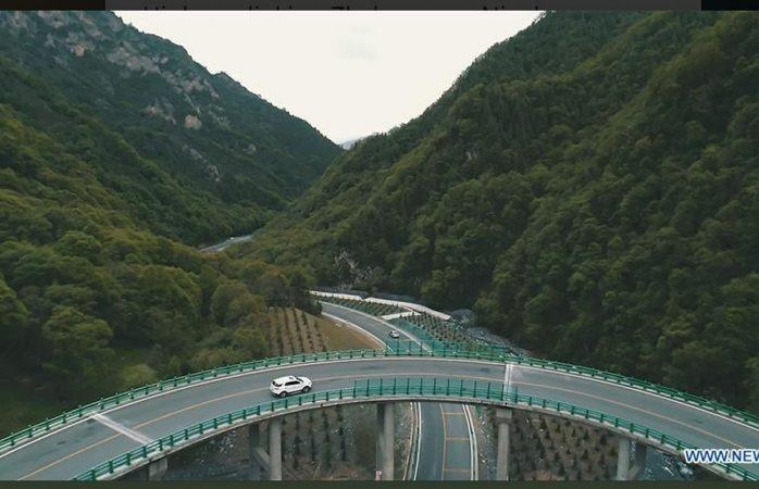 Inaugura China puente sin haber cortado un solo árbol