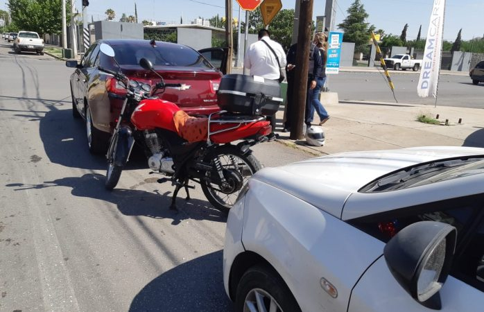 Carambola entre una moto y dos autos