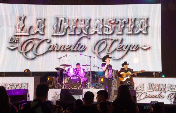 Arma la fiesta en grande Cornelio Vega para padres de frontera