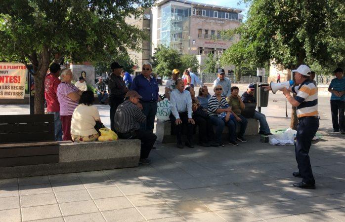 Protestan adultos mayores frente al congreso