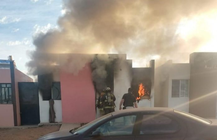 Voraz incendio consume vivienda en Cuauhtémoc