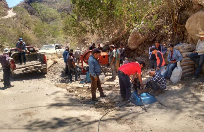 Rehabilitan camino en comunidades de la región de Dolores
