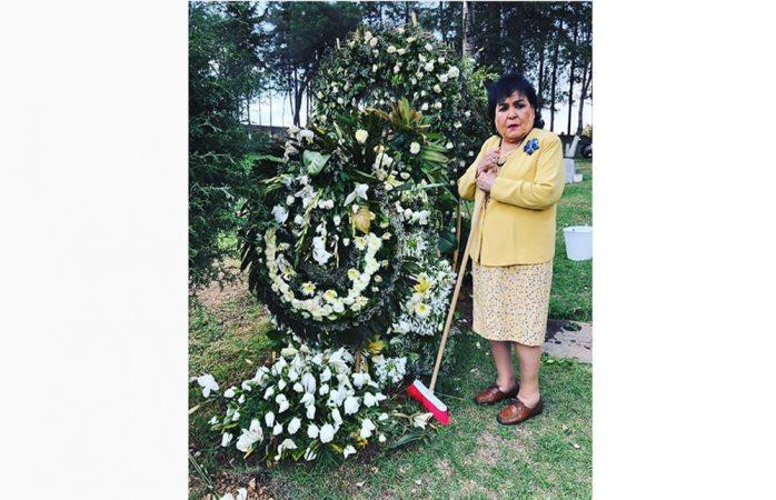 Carmen Salinas barre tumba de Edith González y la llaman ridícula