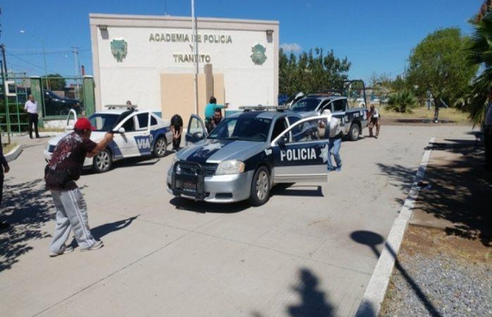 Le roban arma larga a policía de Delicias al dejar los vidrios abiertos de la patrulla