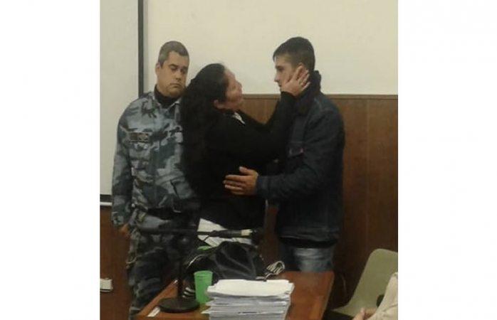 Mujer abrazó al asesino de su hijo y lo perdonó en el juicio (VIDEO)