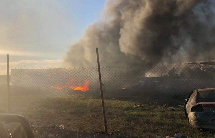 Incendio consume dos remolques en yonke de Cuauhtémoc