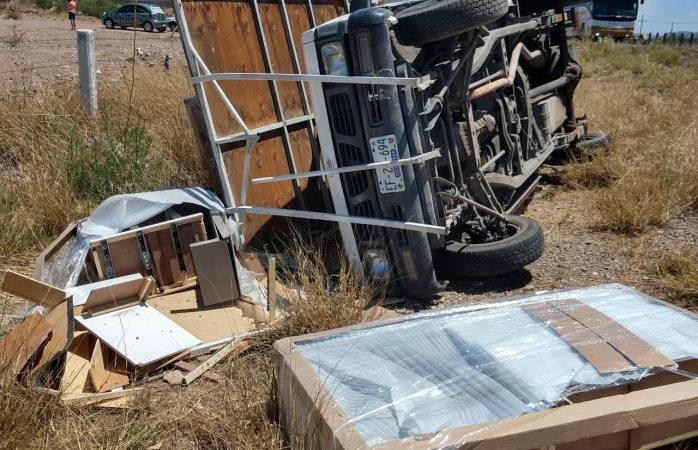 Choque volcadura en carretera Delicias deja un herido