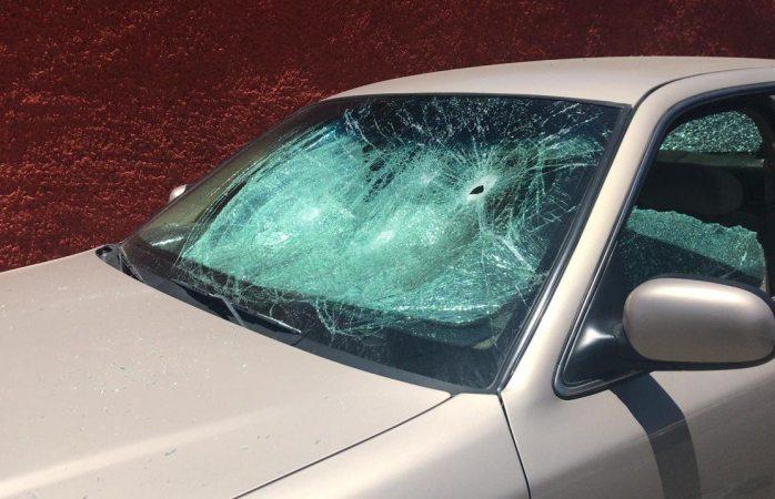 Destrozan cristales del auto de periodista de Parral
