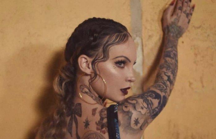 Belinda esculpe su cuerpo con tatuajes, piensa dejarlos permanentes