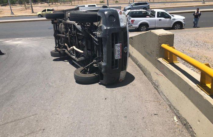 Vuelca camión repartidor en gaza de la avenida homero