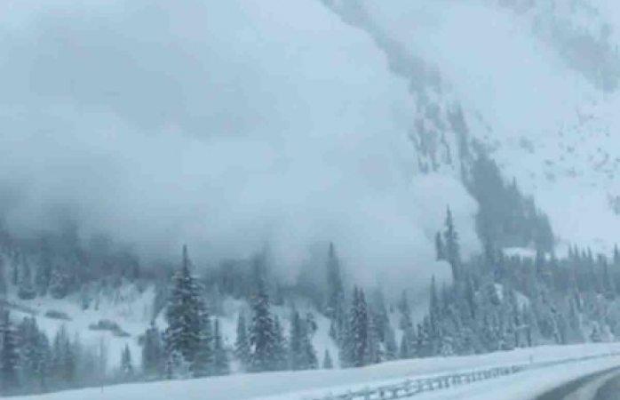 Brutal avalancha de nieve sepulta autos en la carretera — En video