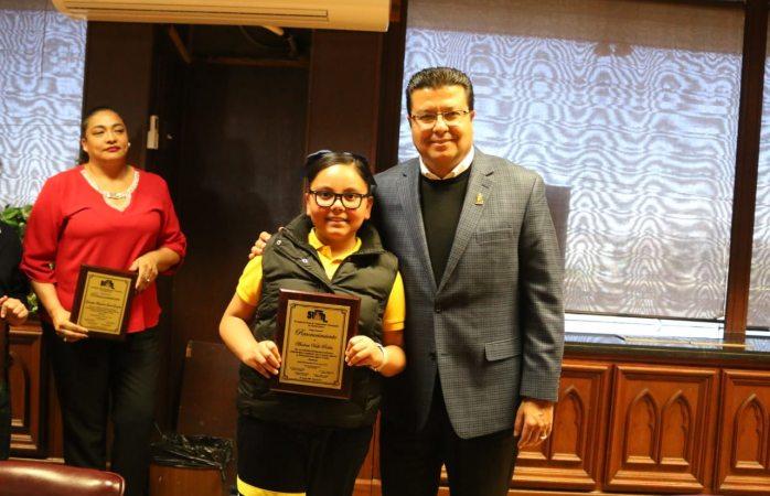 Reconoce alcalde a hijos de sindicalizados por rendimiento escolar