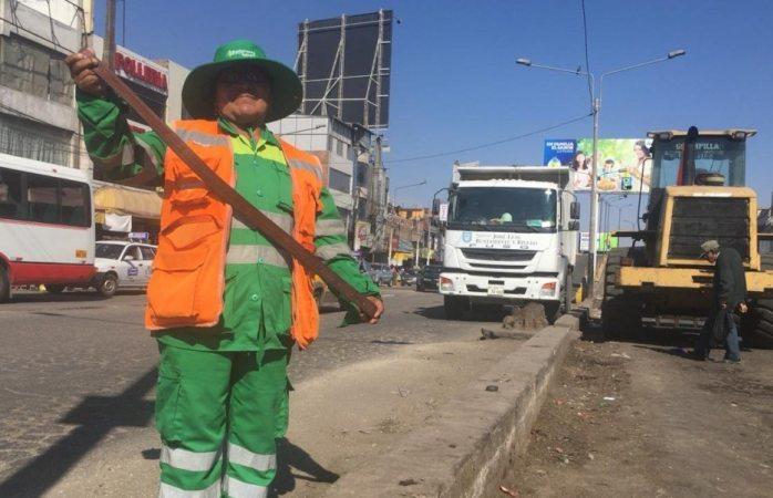 Con látigo, mujer evita que transeúntes tiren basura en la calle en Perú