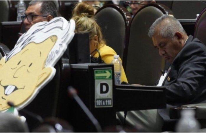 Diputado de morena duerme durante discusión de revocación de mandato