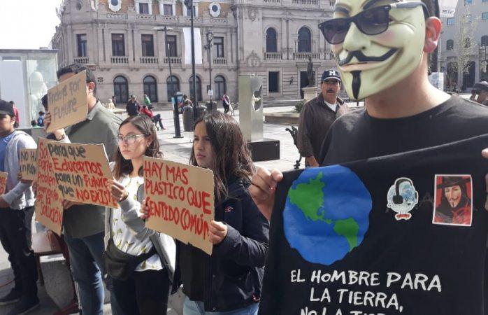 Se unen estudiantes a huelga mundial por el cambio climático