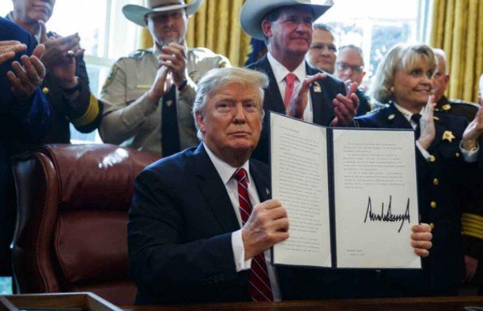 Emite Trump veto para continuar con emergencia nacional