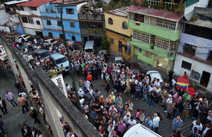 Desesperan venezolanos por conseguir agua tras apagón