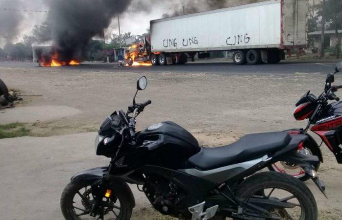 Bloquean vía con quema de tráileres en Veracruz