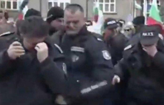 Lanzan gas pimienta a manifestantes y el viento se los devuelve