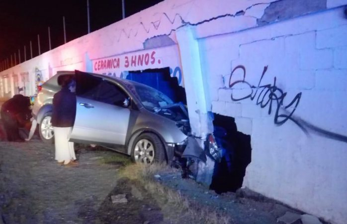 Choque contra muro deja dos heridos en Juárez