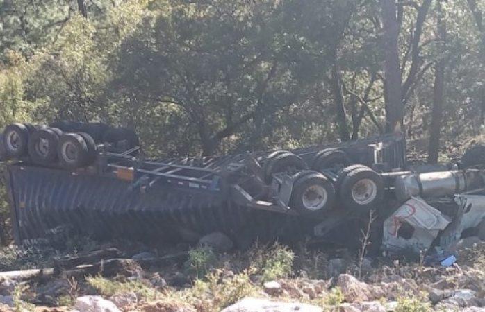 Vuelca camión cargado de cianuro en carretera de Urique
