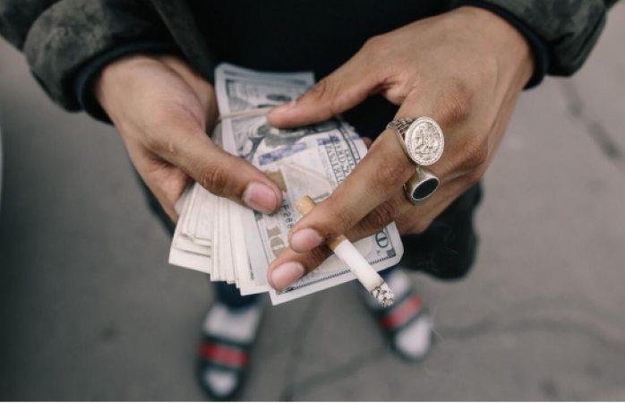 Halla maletín con más de 500 mil dólares en plaza pública y lo devuelve