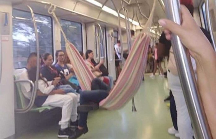 Cuelga hamaca en metro para viajar cómodo