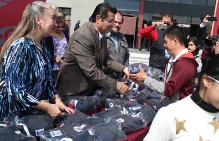 Entrega alcalde uniformes a deportistas que participarán en olimpiada estatal