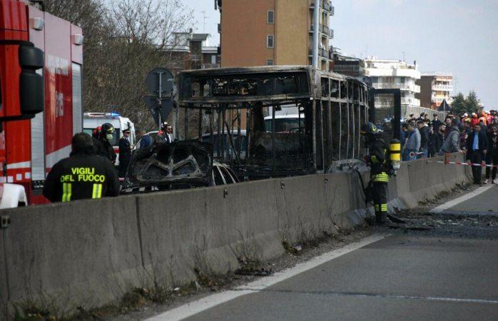 Chofer secuestra a 51 alumnos e incendia el autobús en Italia