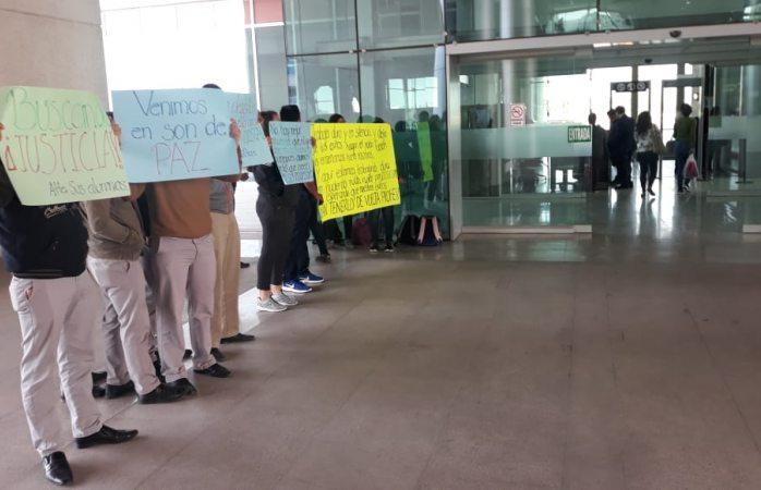 Protestan a favor del maestro acusado de abuso sexual